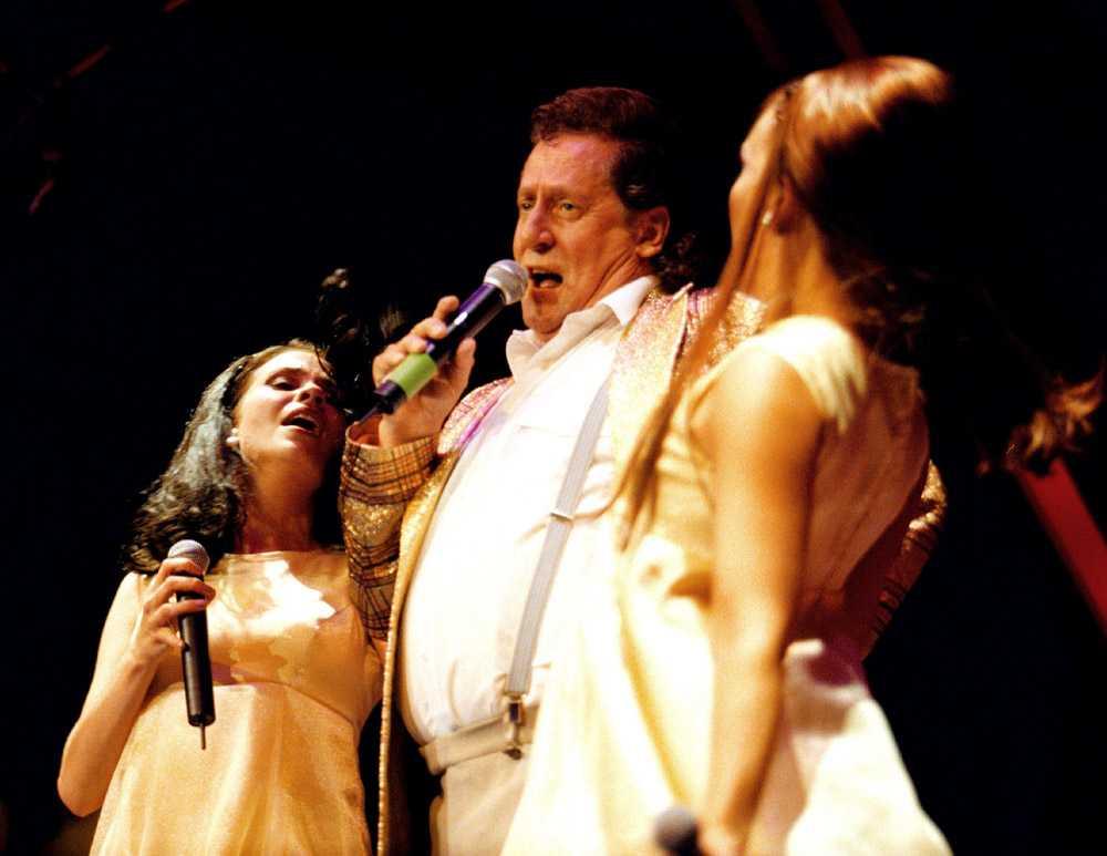 """1998 Krogshowen """"Hårspray"""" gjorde Lasse Brandeby tillsammans med sin trogna damorkester."""