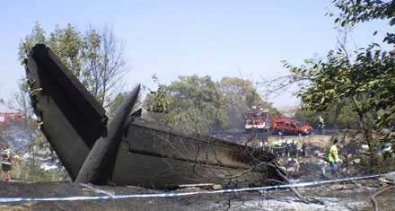 Olycksplanets stjärt är svårt brandskadad. Planet var fulltankat när det kraschade och elden rasade kraftigt efter olyckan.