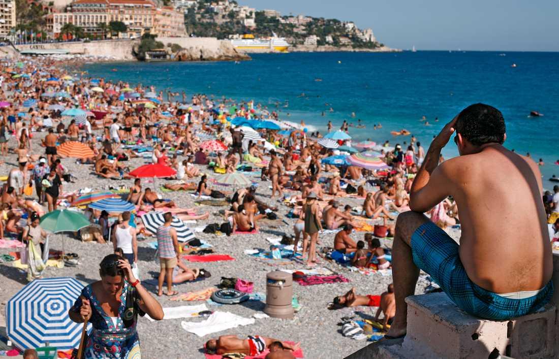 Stranden i Nice på franska Rivieran kommer antagligen inte att vara packad med solbadare i sommar. Arkivbild.