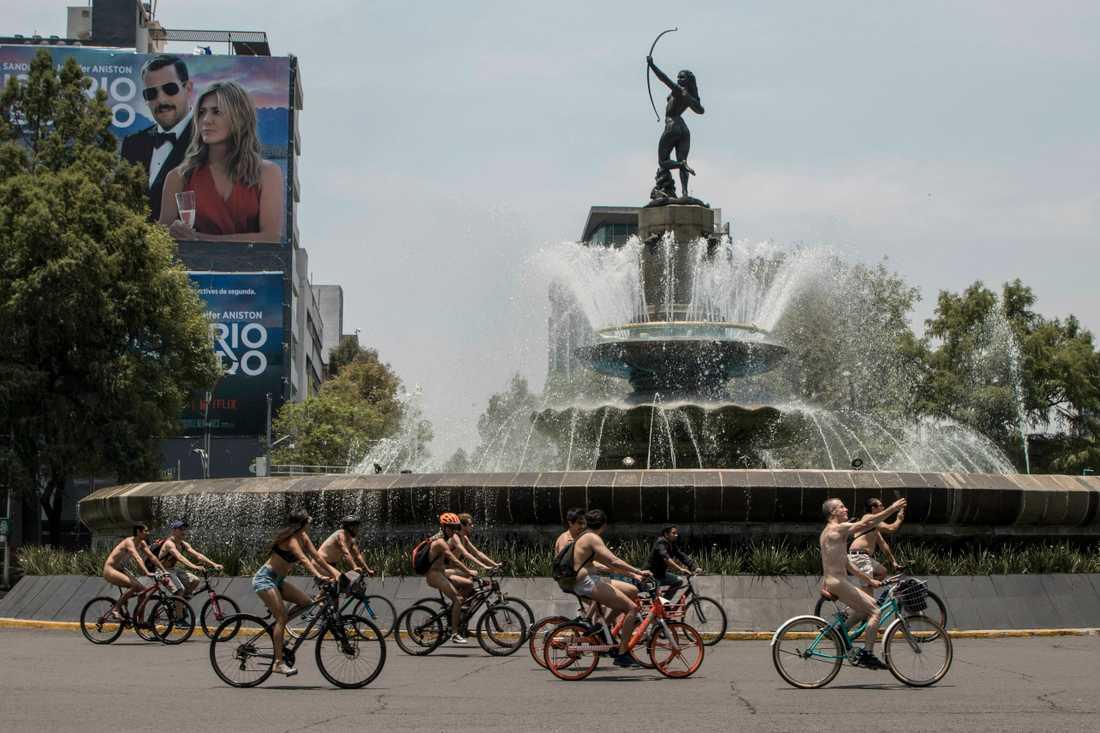 Nakna cyklister i Mexikos huvudstad.