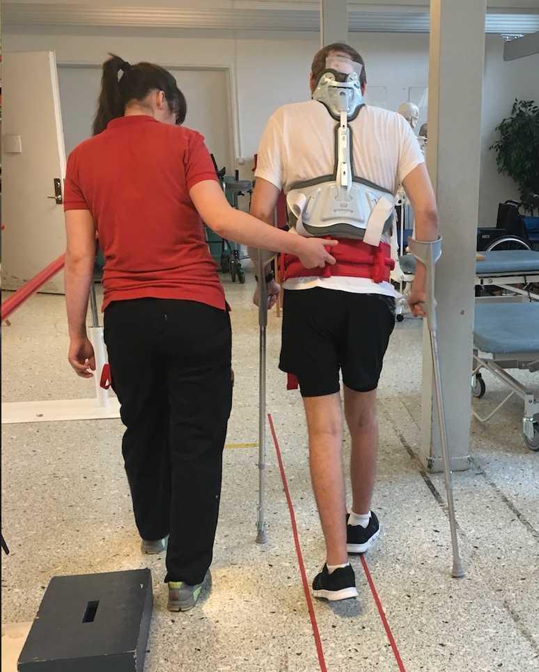 Lucas har lärt sig gå med en fotprotes.