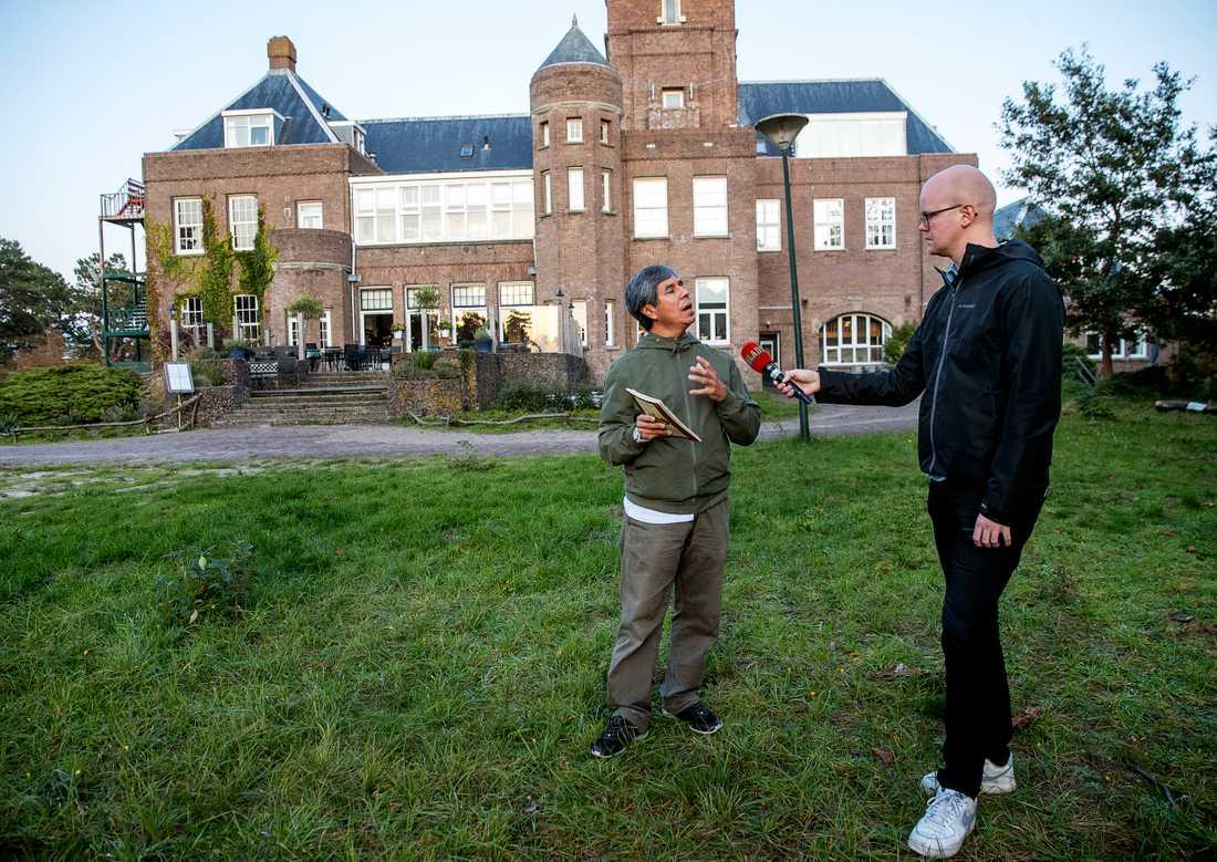 Carlos intervjuas av Aftonbladets reporter Adam Westin.