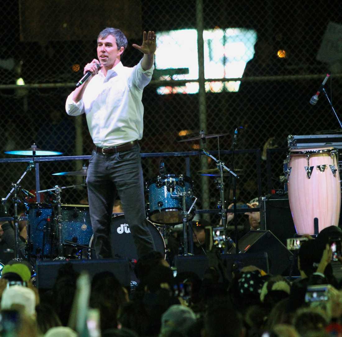 Demokraten Beto O'Rourke höll tal inför en folksamling i närheten av Donald Trumps kampanjmöte.