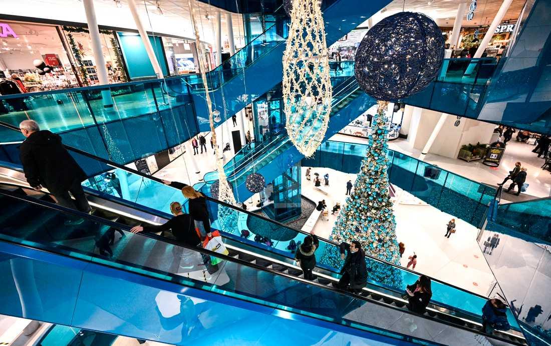 Glest mellan besökarna och avstånd i rulltrappan på det julpyntade köpcentrat Emporia i Malmö.