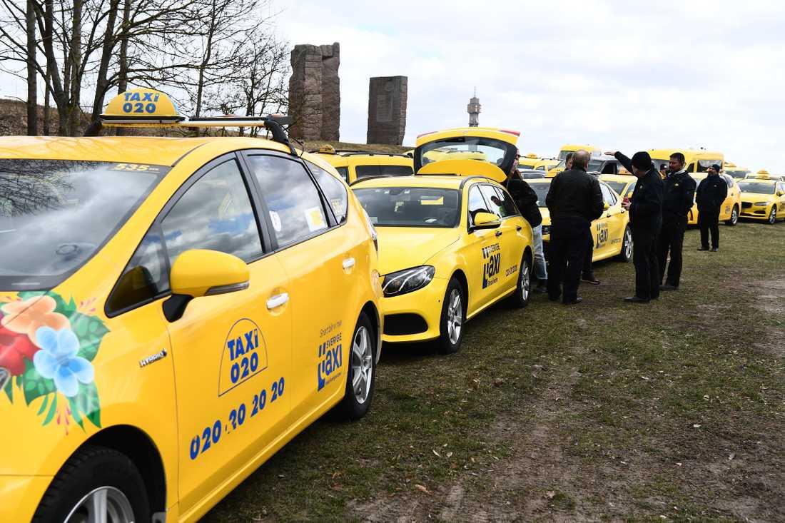 """Flera taxiåkare samlades på torsdagen för att prata om sin utsatta situation under rådande coronakris. """"Det är jätteallvarligt"""", säger åkaren Nezdad."""