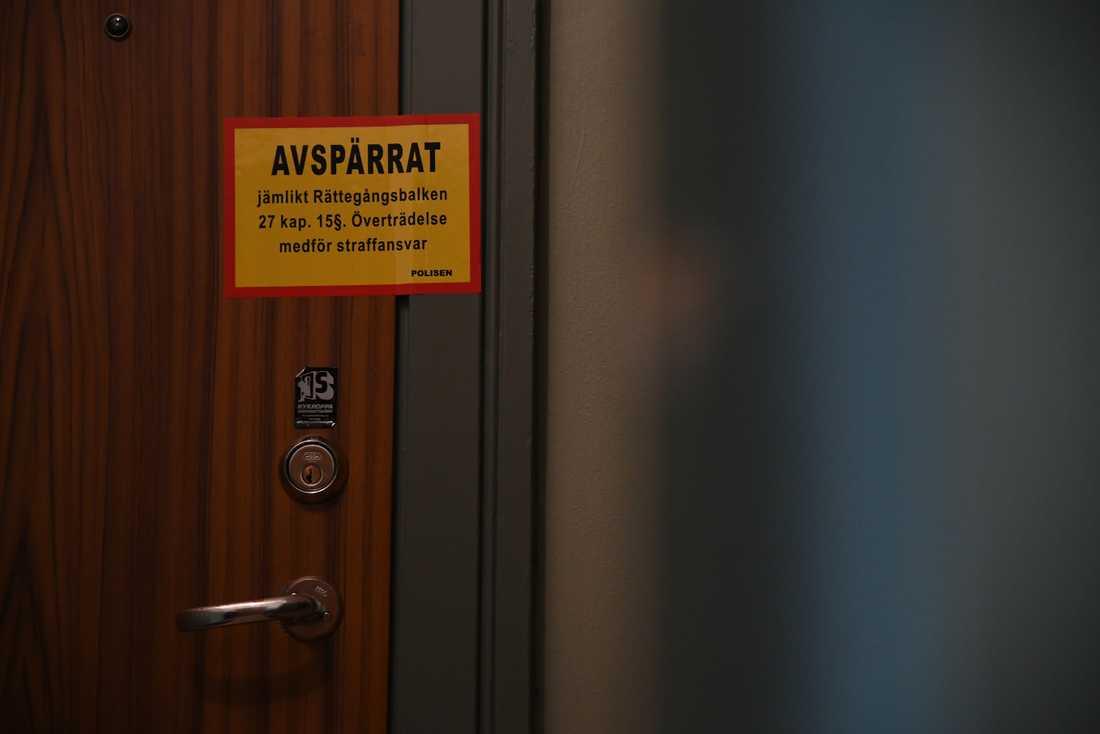 En man skadades av flera knivhugg på en adress på Södermalm i natt.En man i 20-årsåldern har gripits misstänkt för mordförsök.