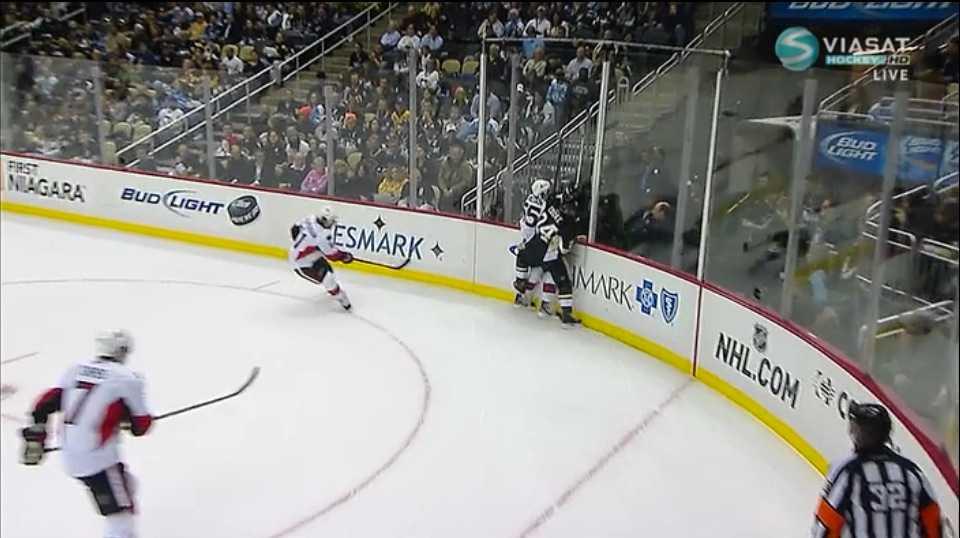 I en duell med Pittsburghs buse Matt Cooke får Erik Karlsson en skridskoskena över hälsenan.
