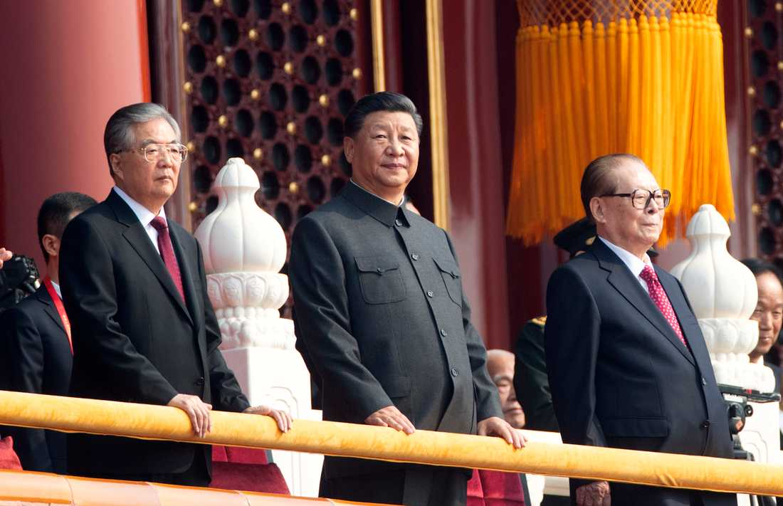 Xi Jinping, med företrädarna Hu Jintao (till vänster) och Jiang Zemin (till höger) bredvid sig vid 70-årsfirandet.