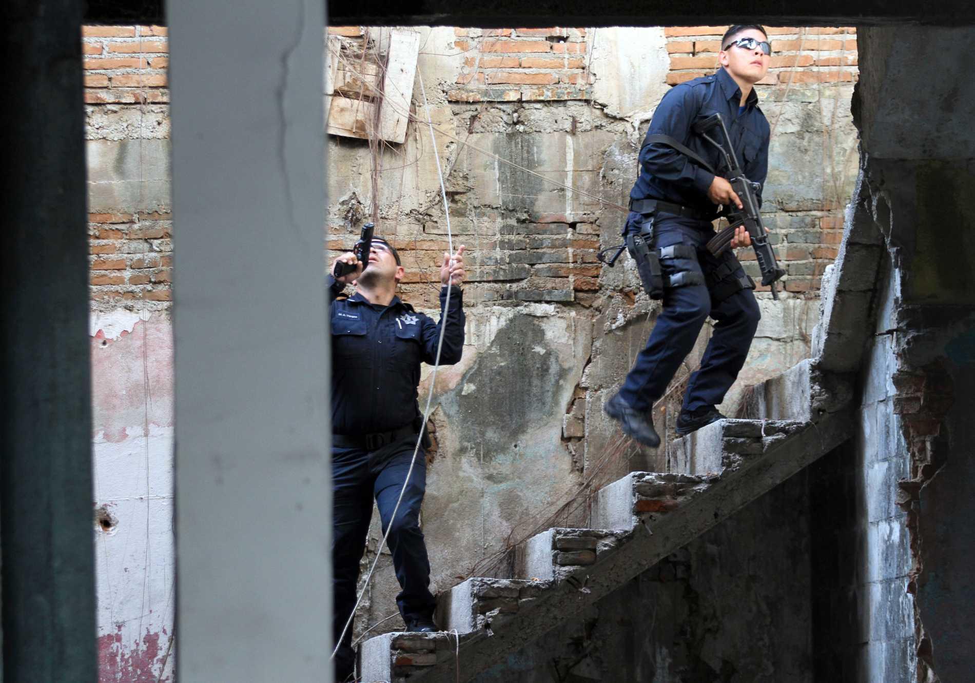Mexikansk polis på spaning efter kriminella gäng, här i januari år.