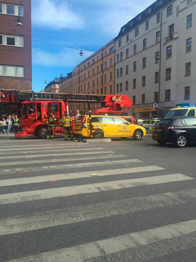 Brandbil och taxi krockade.