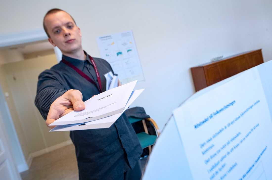Anton Almer lämnar ut de två valkuverten i lokalen för förtidsröstning vid Stortorget i centrala i Svedala.