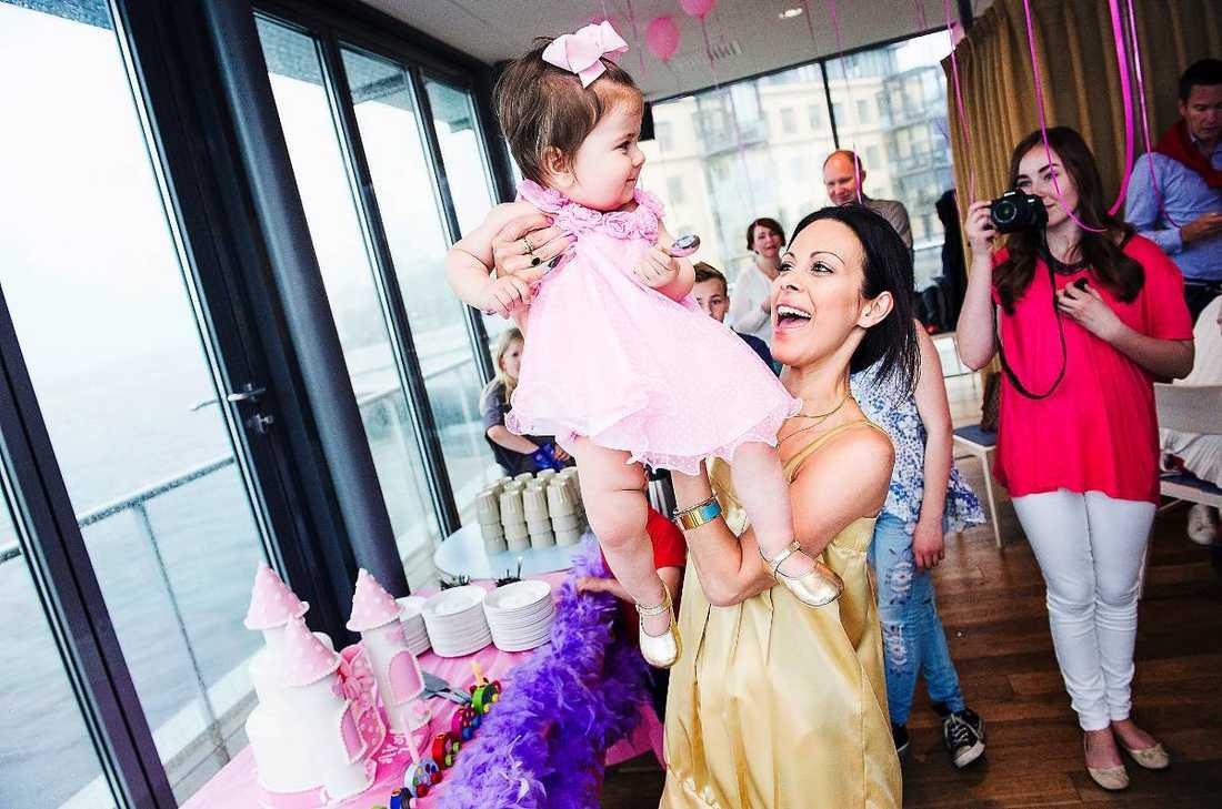 """PÅKOSTAT Specialdesignad tårta, middag på lyxrestaurang, ballongdekorationer, piñata … När Ava fyllde ett år slog mamma Sanaz på stora trumman. """"Jag tycker att det är viktigt med födelsedagar. Jag vill att det ska vara fint och påkostat"""", säger Sanaz."""