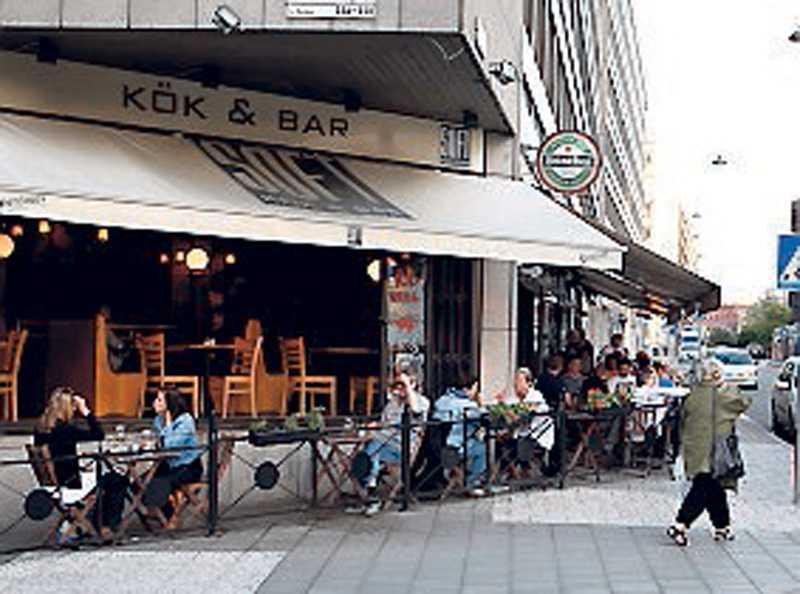 Politikerna hade druckit öl på en krog på Malmskillnadsgatan när de träffade kvinnorna.
