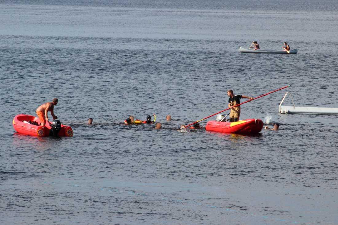 En ung pojke sjönk i vattnet ute vid Degernäs camping och räddningstjänst, ambulans, polis var på plats.