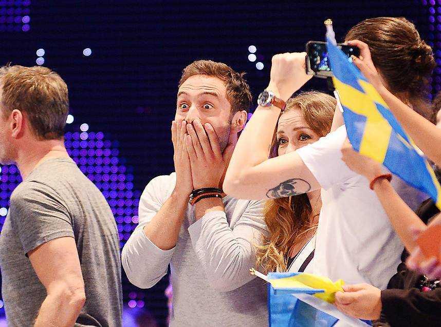 Måns Zelmerlöw och Christer Björkman väntade spänt medan land efter land röstade. När det till sist stod klart att Ryssland inte skulle klara av att gå förbi Sverige satte chocken in för svenska delegationen.