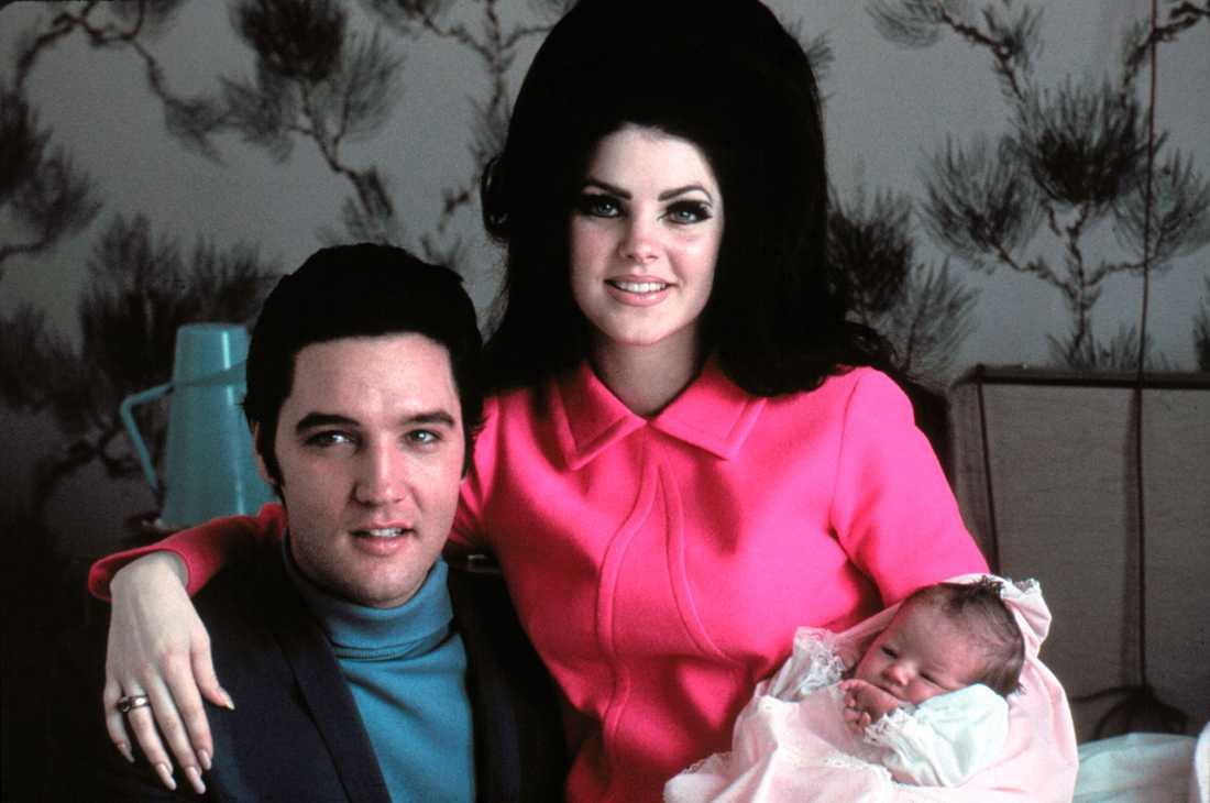 Elvis med hustrun Priscilla och nyfödda dottern Lisa Marie, 1968.