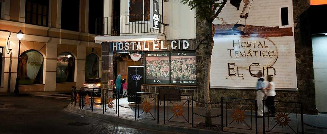 HÖGGS IHJÄL Den mördade kvinnan och hennes väninna var ute och tågluffade i Spanien när de plötsligt överfölls på sitt hotell av en knivbeväpnad man.