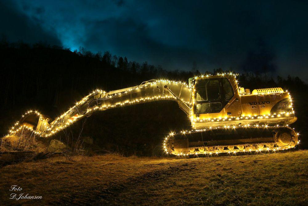Grävmaskinen, eller snarare julmaskinen, som lyser upp i mörkret.