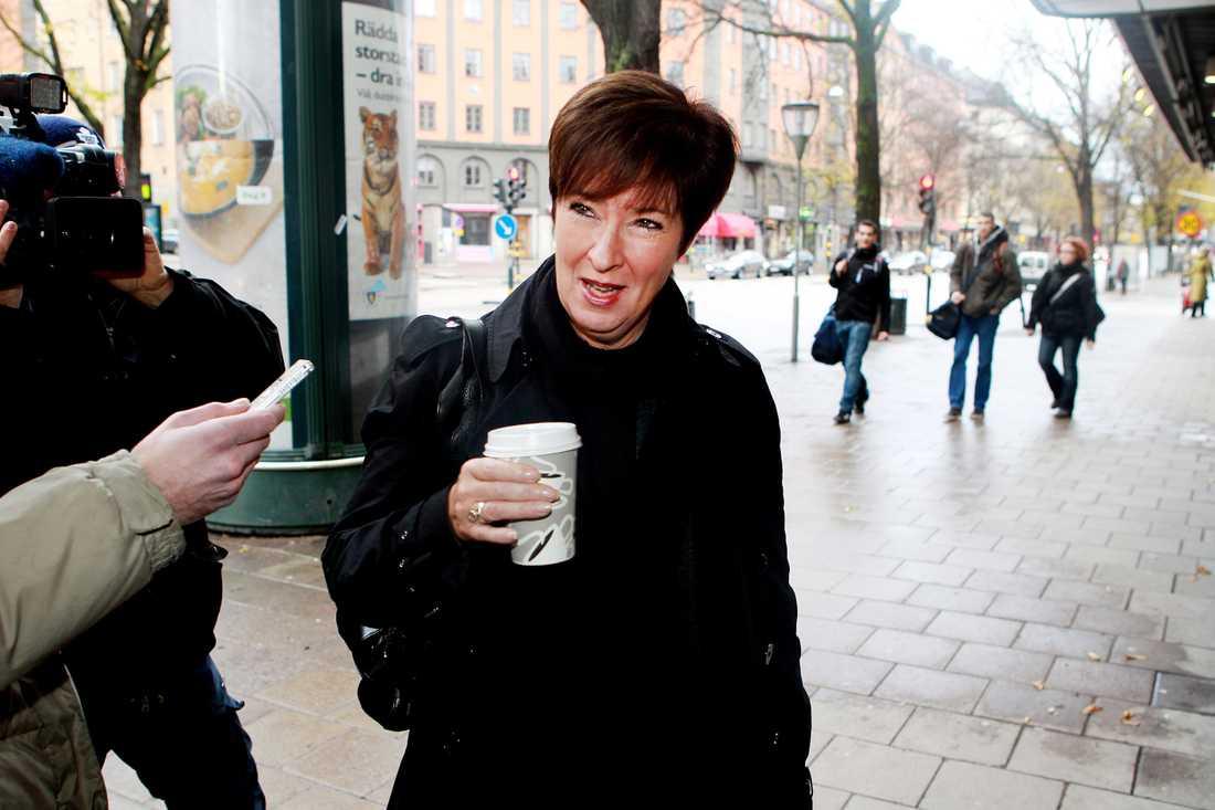 Mona Sahlin anländer till S krismöte på Sveavägen.