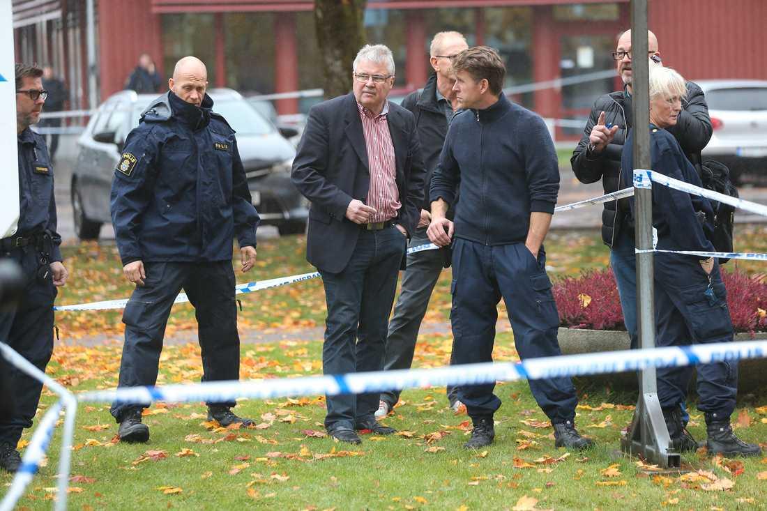 Polis och krimtekniker på plats utanför skolan Kronan.