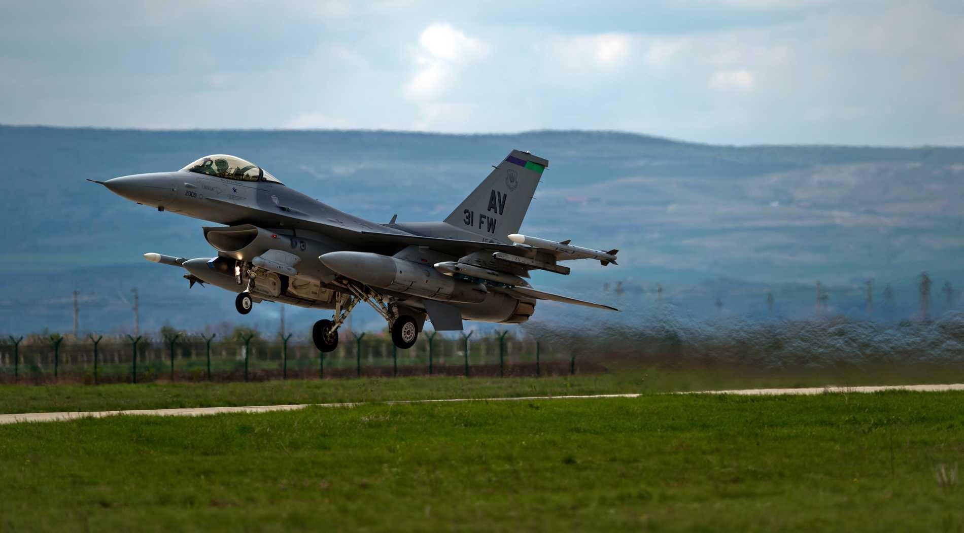 Amerikanskt F16-plan lyfter från en flygbas i Rumänien. Flygplanen finns även i Polen - och kan snart få sällskap av marktrupper.