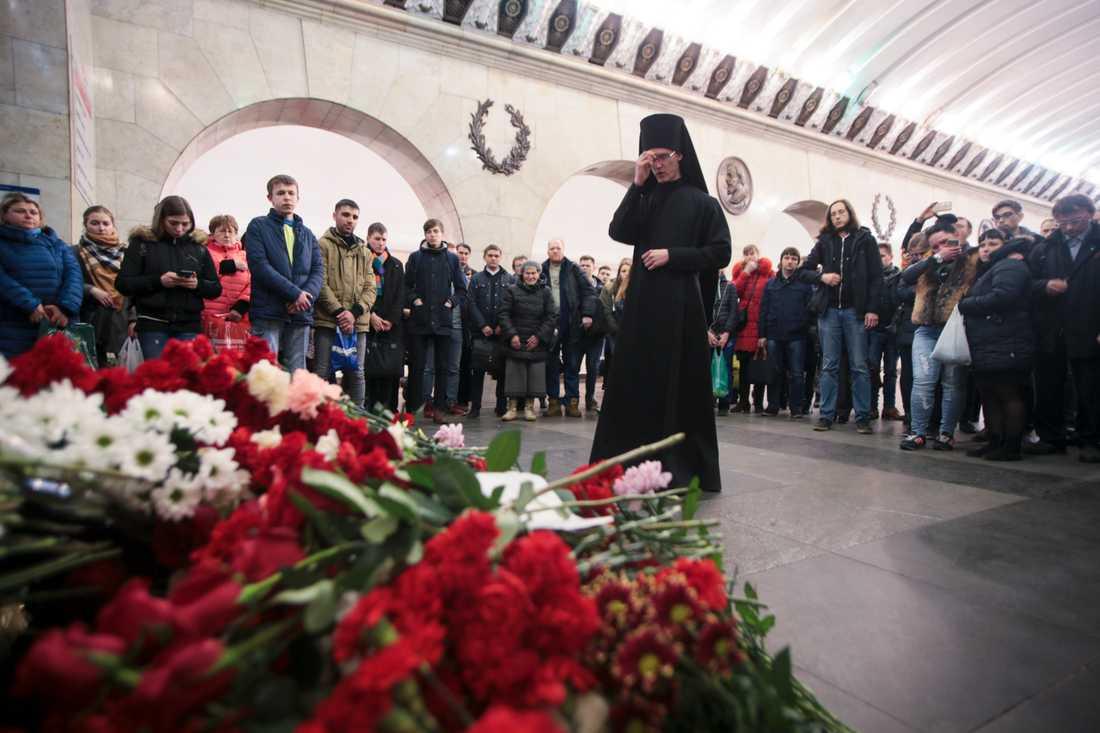 En ortodox präst under en minnesceremoni i april 2017 för bombdådets offer vid tunnelbanestationen Teknologiska institutet i S:t Petersburg. Arkivbild.