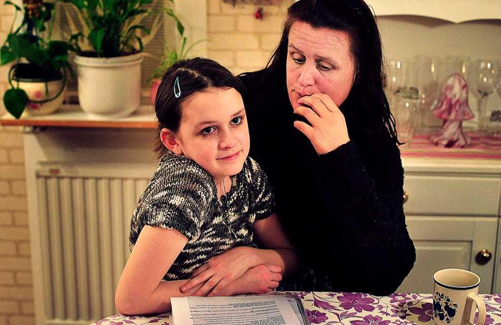 Besegrade cancer – måste flytta 12-åriga Emilie Lörhammer har besegrat cancern men måste fortfarande få vård. Vårdbidraget räcker inte och nu bor de i en sommarstuga.