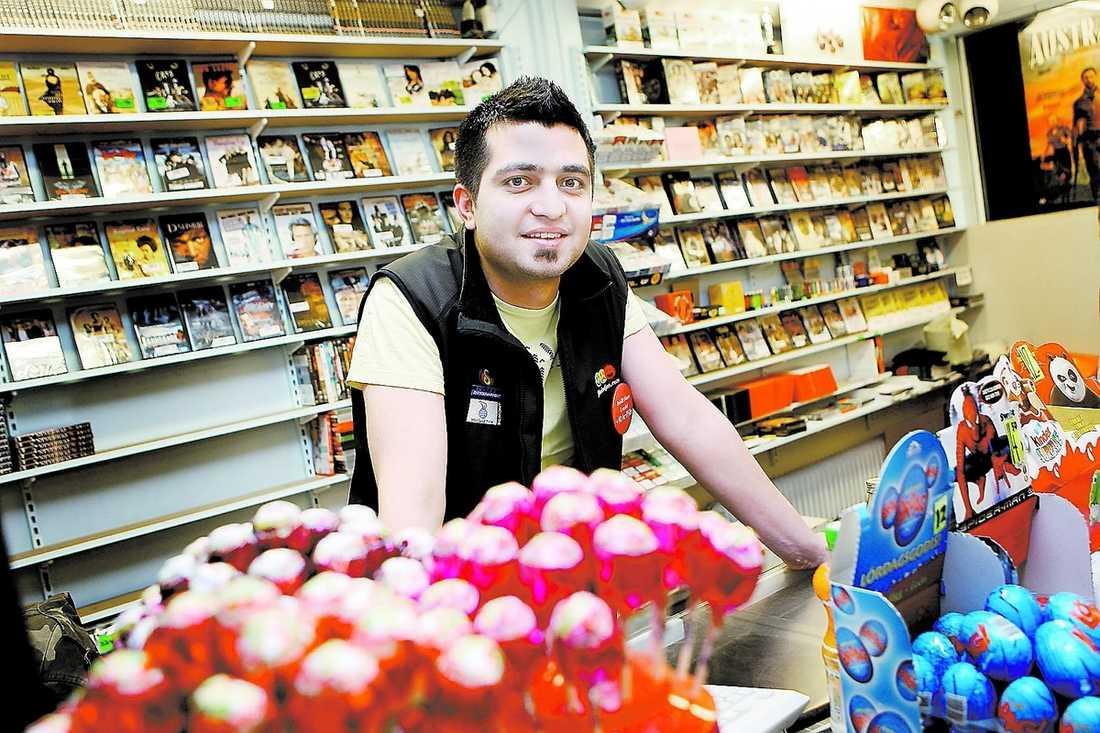 """nöjd Adjmal Pazhman äger en videobutik och har fått mer att göra efter Ipred. """"Många vågar inte ladda hem piratkopior längre."""""""