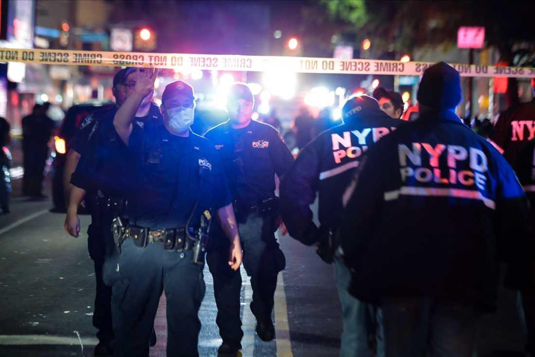 Polisavspärrningar på den plats i Brooklyn där en polis har skjutits.