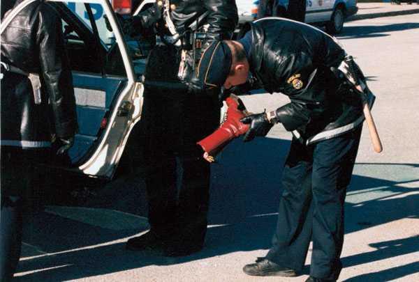 STOR NYHET. Nyheten om att Aftonbladets vaktmästare blivit svårt misshandlad utanför Fryshuset dominerade nyhetsflödet. Skinnskallens röda kängor med stålhätta beslagtogs när han greps av polisen.
