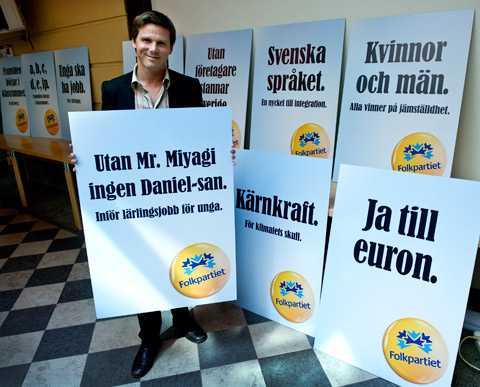 Erik Ullenhag, folkpartiets partisekreterare med årets valaffischer.