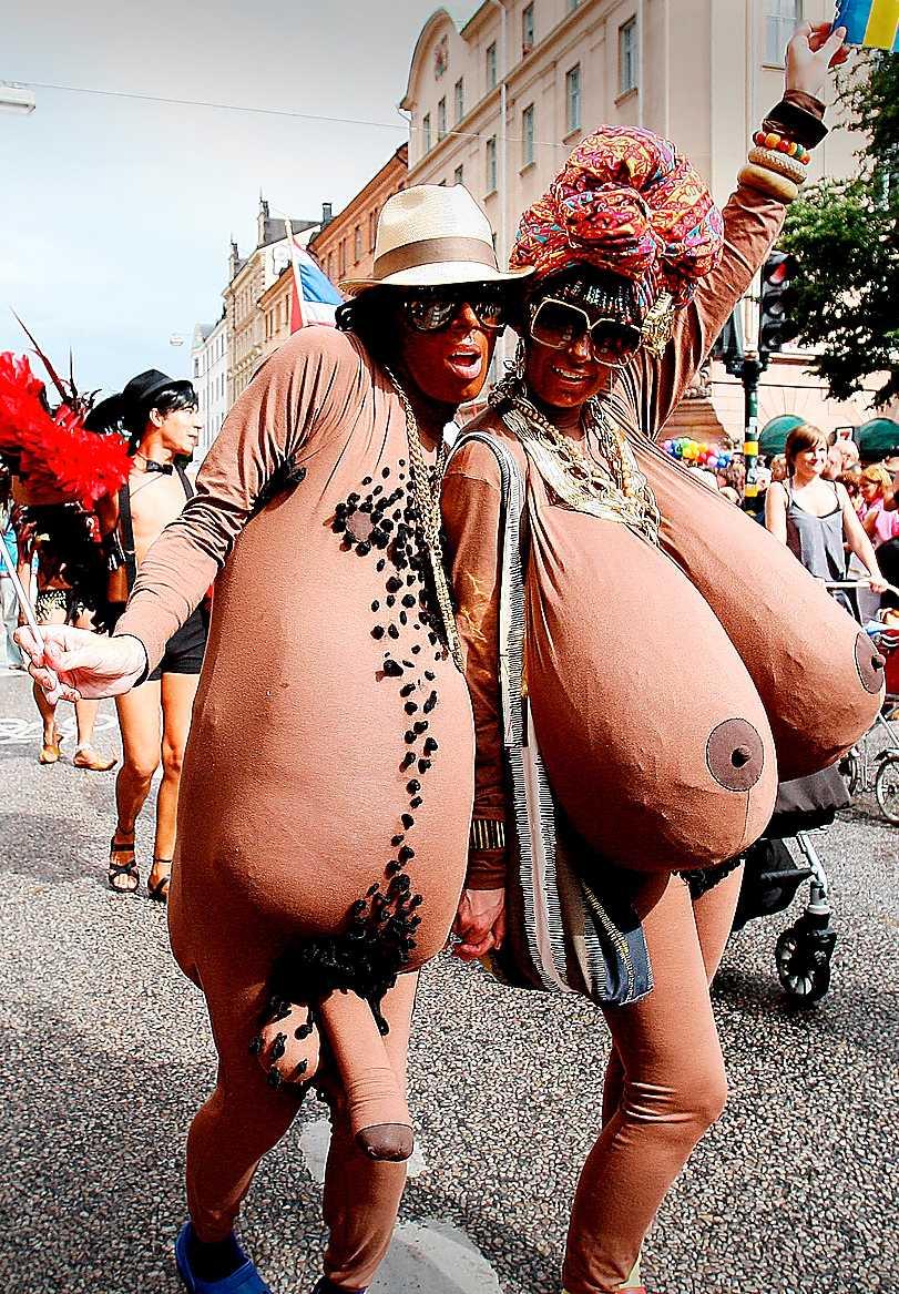 Två kroppsfixerade deltagare i Stockholms Pride-parad.