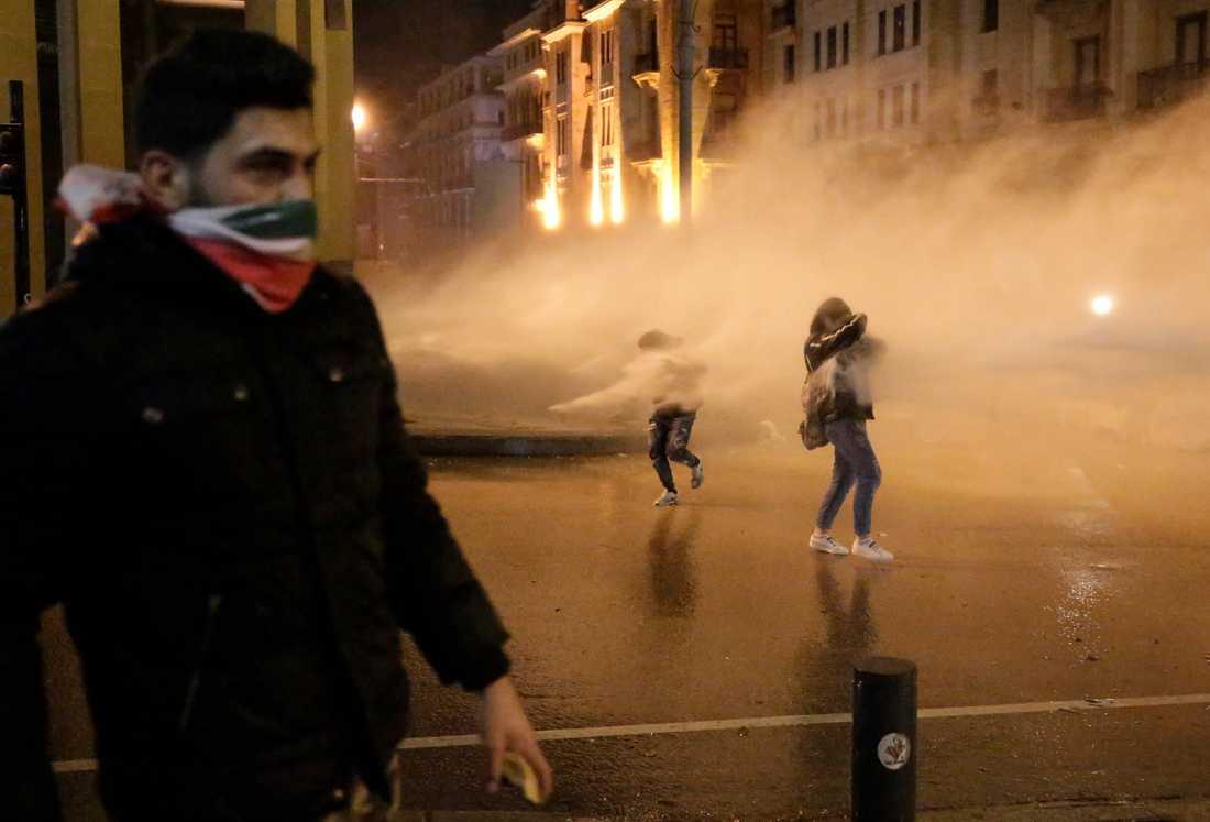 Helgens protester i Beirut var de våldsammaste sedan demonstrationerna bröt ut i oktober. Säkerhetsstyrkorna använde sig av tårgas, vattenkanoner och gummikulor för att skingra folkmassorna. Hundratals människor skadades.