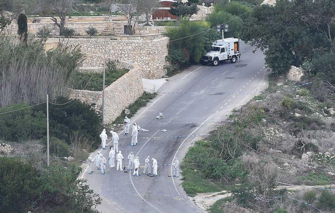 Polisens rättstekniker arbetar, tre dagar efter mordet, vid platsen där bomben i Daphne Caruana Galizias bil detonerade.