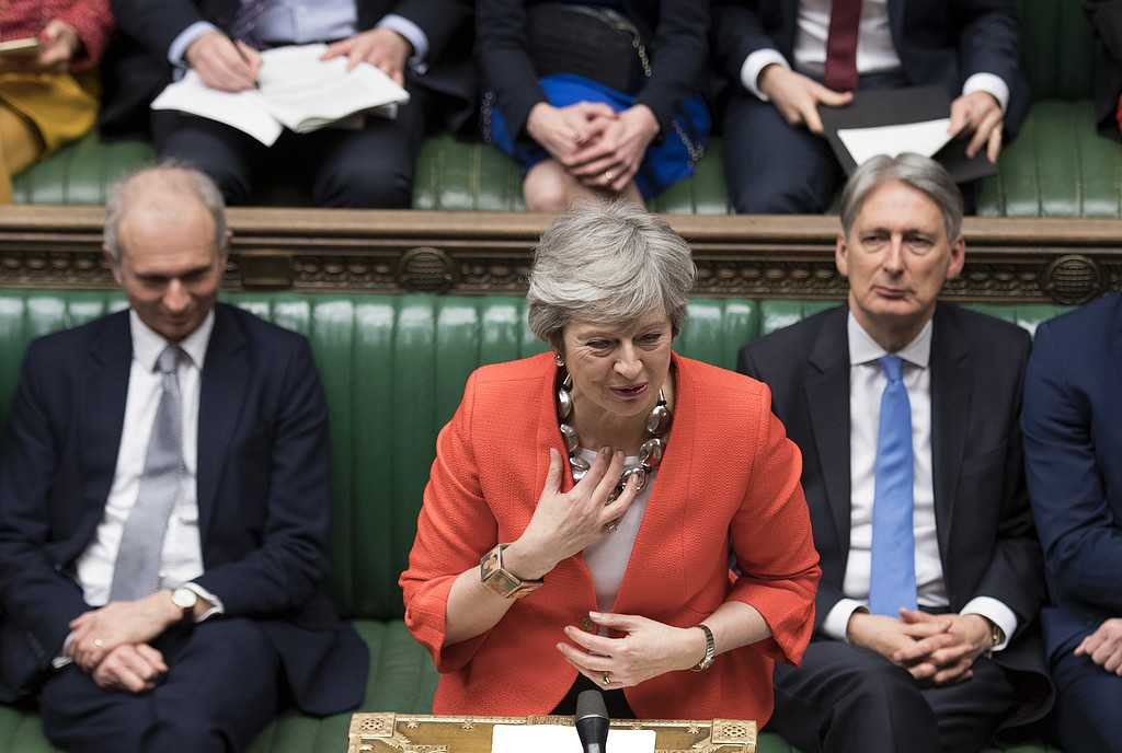 Theresa May hade nästan tappat rösten när hon talade i parlamentet, efter att det stod klart att hennes nya förslag på brexitavtal fallit.