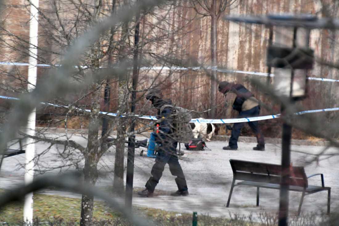 Bombtekniker undersöker föremål på platsen