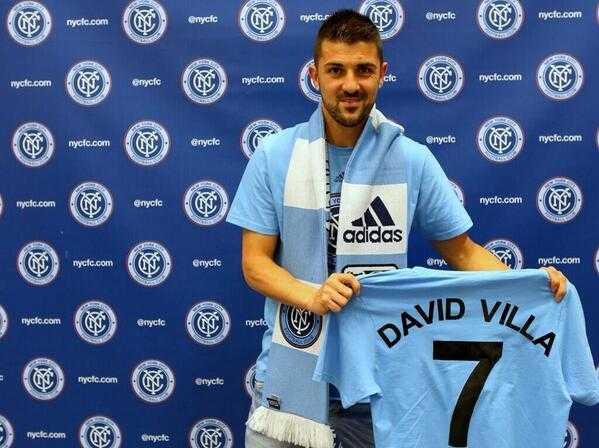Många Citys blir det... David Villa presenterades för New York City FC 2 juni, och tre dagar senare poserade han med Melbourne Citys tröja.