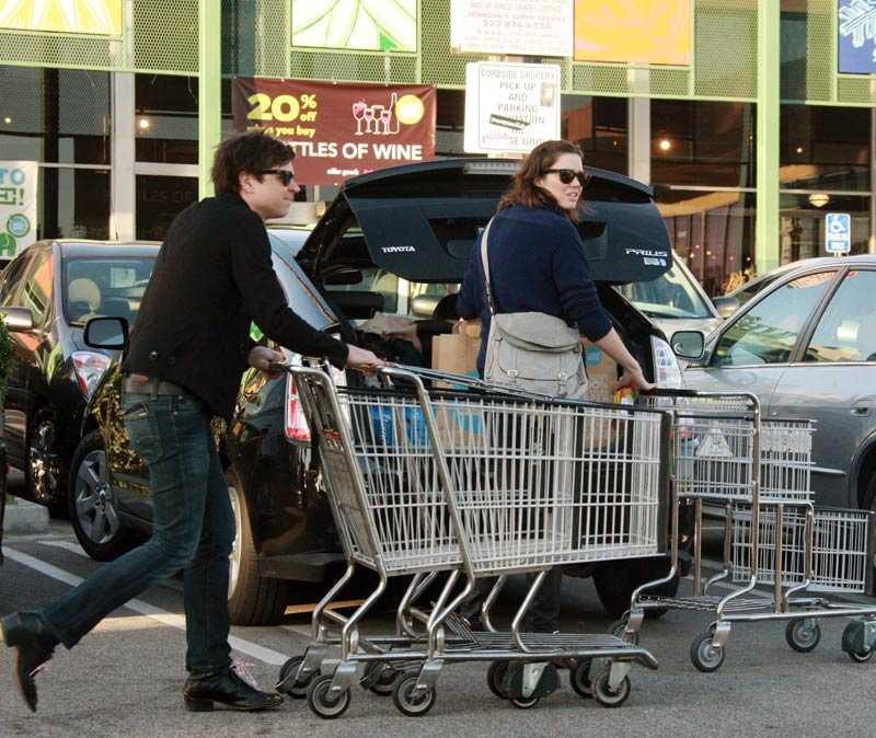 Kundvagnsbonanza Ryan Adams och Mandy Moore ute och storhandlar på en supermarket i Los Angeles.