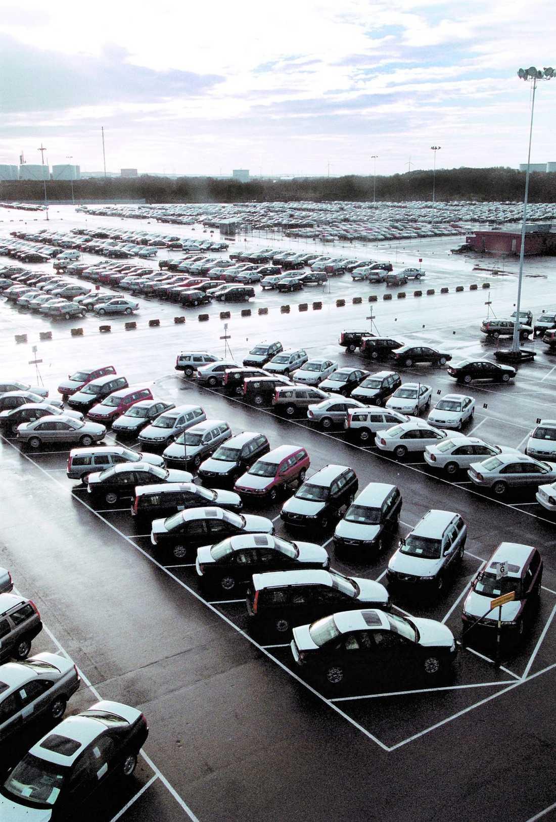 Sverige. Enligt uppgifter ligger Geelys bud på 2,8 miljarder dollar.Inte bara Volvo I framtiden lär det inte stå bara Volvobilar på parkeringen. I dag kan Aftonbladet avslöja att kinesiska biltillverkaren Geely tar över och det innebär att kinesiska lågprisbilar både ska utvecklas och tillverkas i