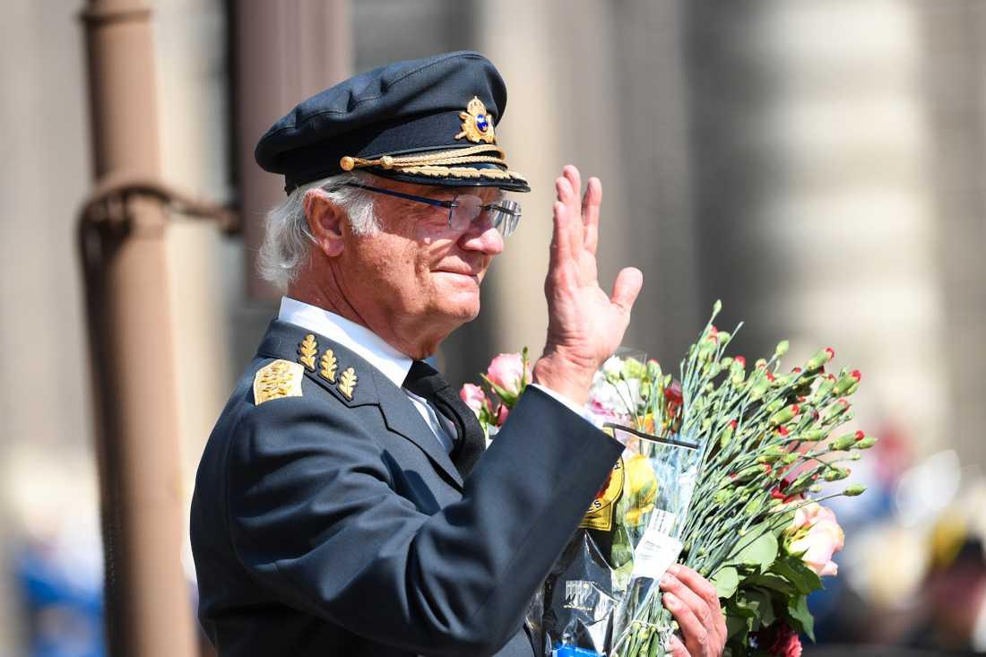 Kungen tog emot blommor och fick höra på musik från flera olika musikkårer på 73-årsdagen.