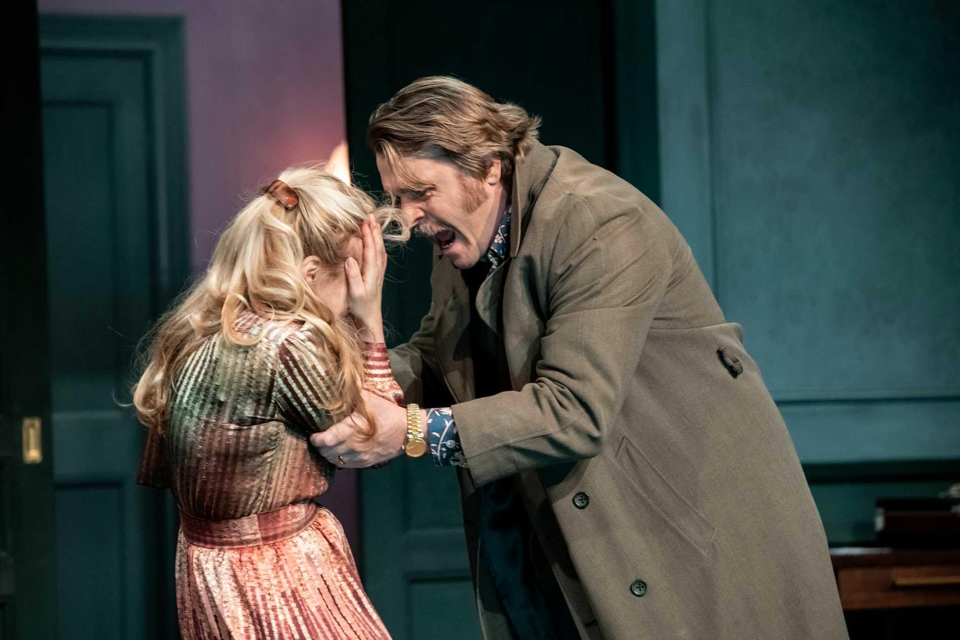 """Levande teater: Helena af Sandeberg och Henrik Norlén i """"Gasljus"""" på Stockholms stadsteater."""