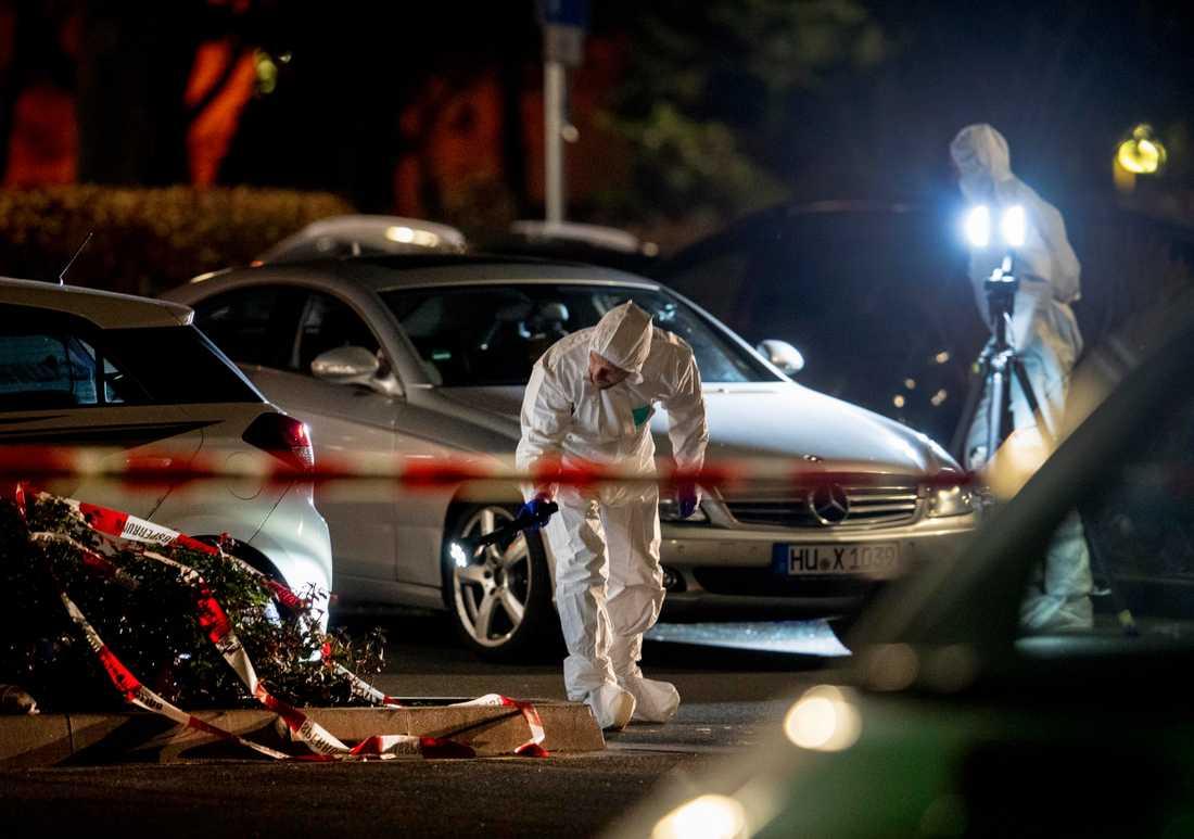 Polisens tekniker arbetade under natten efter att flera personer dödats i skottlossningar.