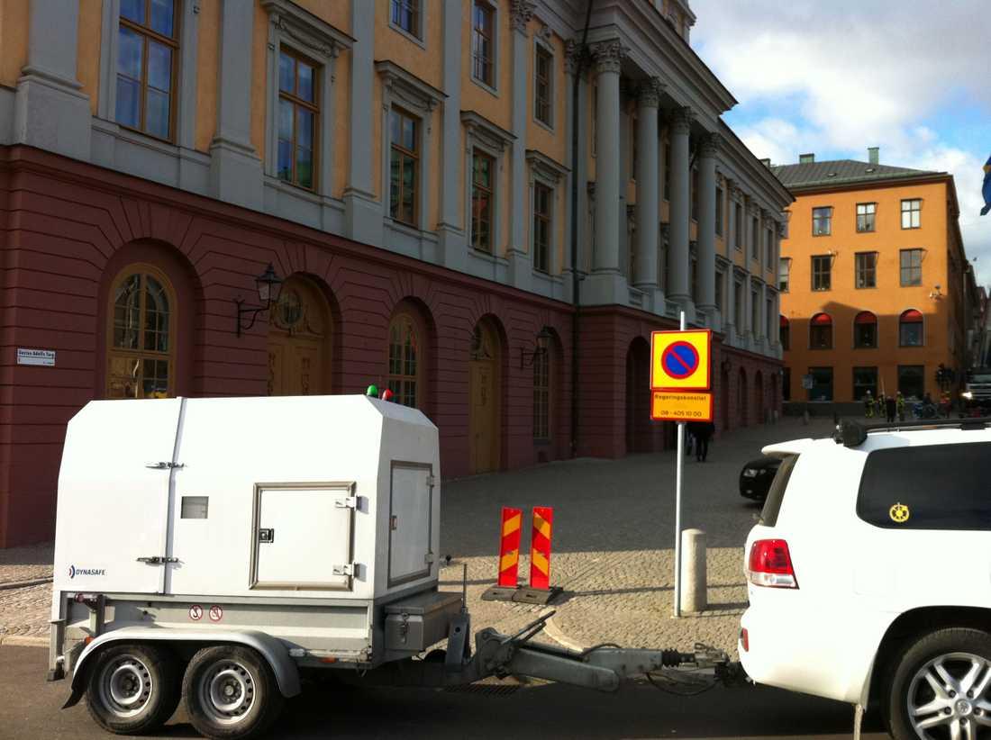 """Här kommer polisens """"bombkulla"""" till UD för att transportera bort det misstänkta paketet."""