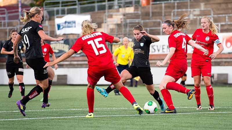 Kamp om bollen i mötet mellan Göteborg och Eskilstuna.