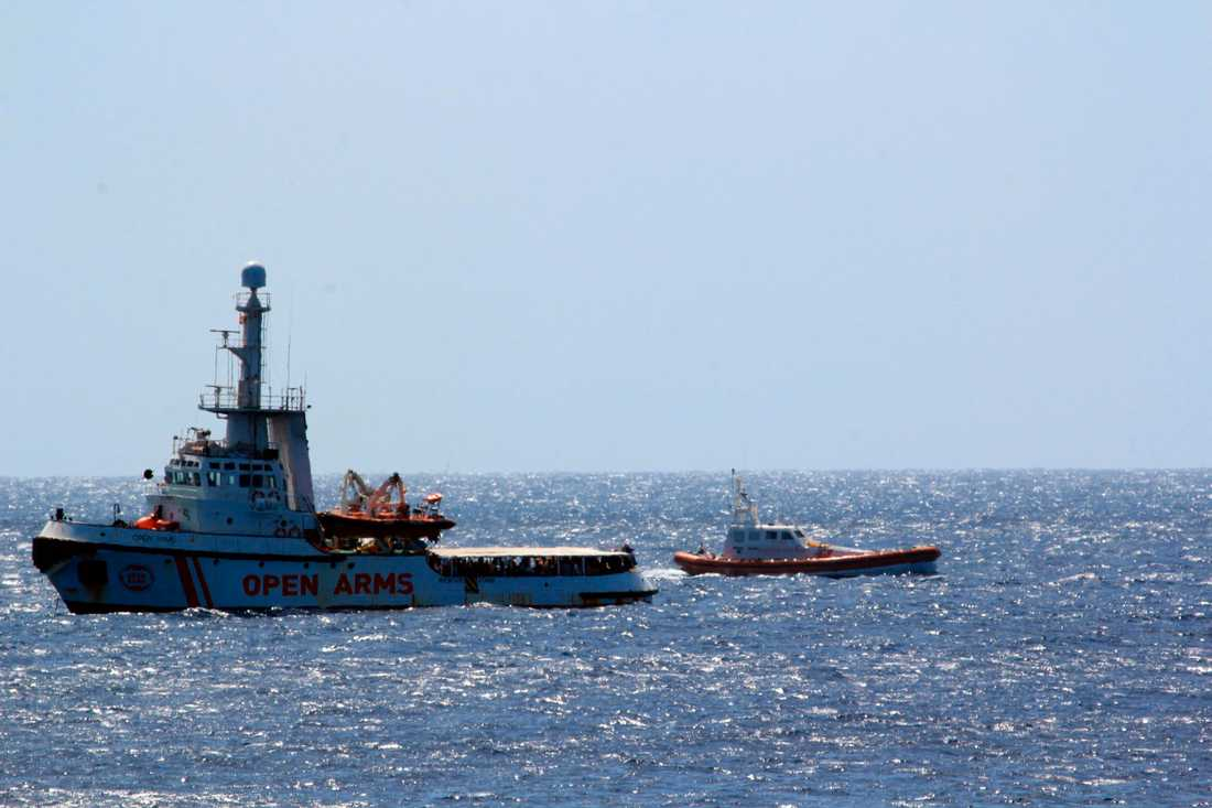 Italienska kustbevakningen intill fartyget Open Arms. Arkivbild.