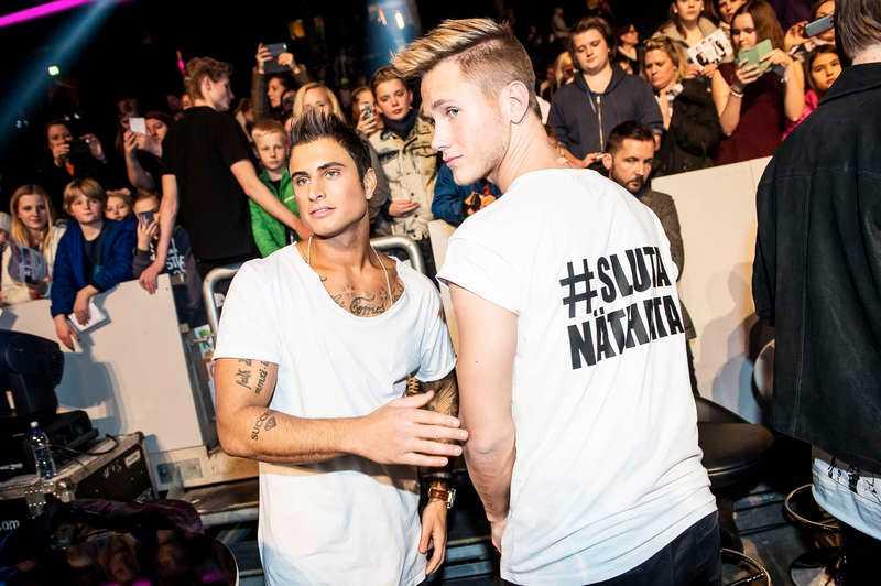 """Samir & Viktor bar t-shirtar med texten """"#slutanäthata"""" under Melodifestivalen."""