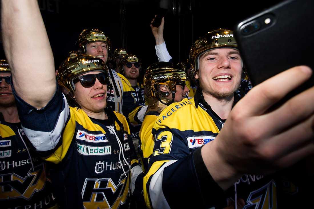 Filip Sandberg och Lias Andersson firar guldet i fjol.
