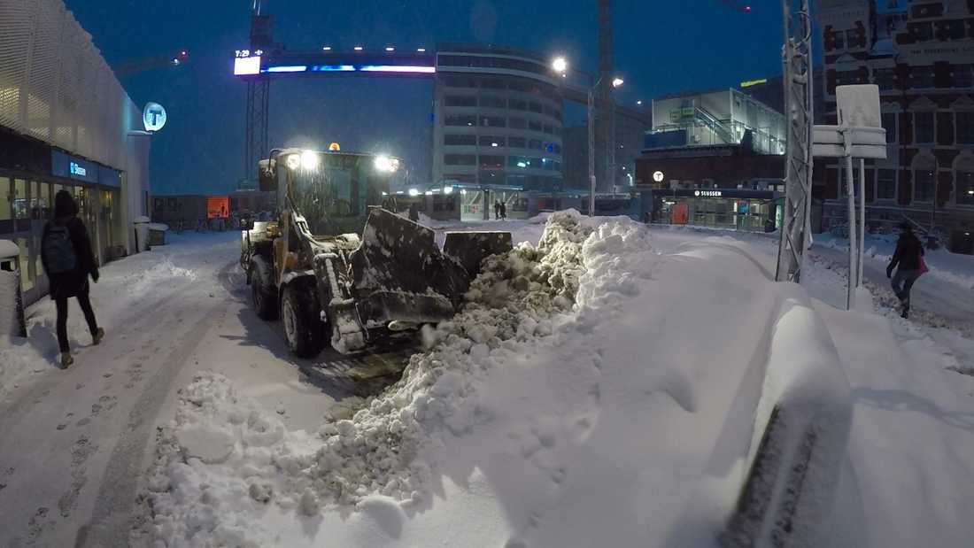 Plogbil i Stockholm. Stora mängder snö har fallit under natten.