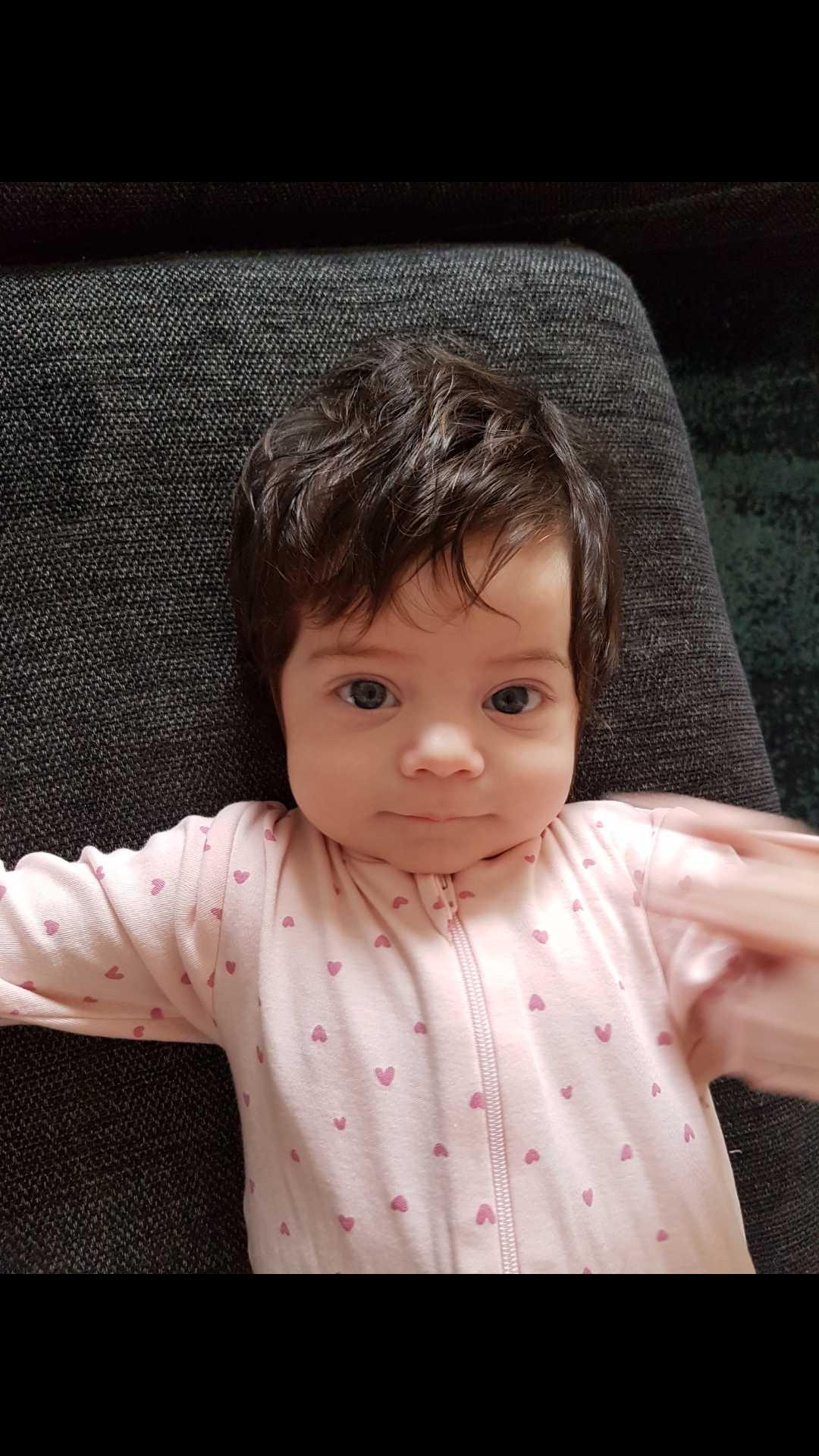 """Jessica Lejkemo i Stockholm har skickat bild på sin dotter Linnea när hon var tre månader gammal: """"Hemma hos oss har vi Linnea som blir ett år på fredag, hon föddes också med en färdig frisyr. Sedan Linnea föddes har vi inte gått ut en enda gång utan att få kommentarer över hennes långa hår, jag brukar skämta om att jag måste ätit några supervitaminer under graviditeten!""""."""