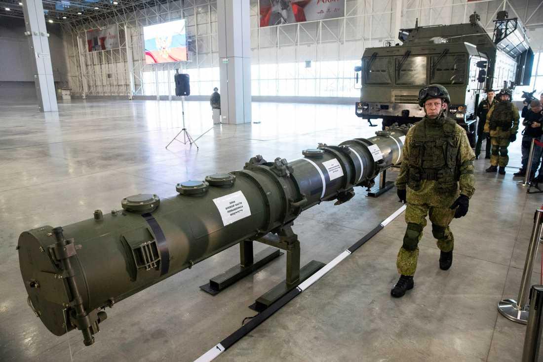 På bilden från tidigare i år syns en rysk militär bredvid den landbaserade kryssningsroboten Novator 9M729. USA har anklagat Ryssland för att bryta mot det nu skrotade INF-avtalet genom att utveckla roboten. Arkivbild.
